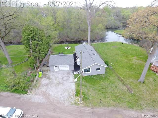 9661 Log Cabin Trail, White Lake Twp, MI 48386 (#2210032228) :: NextHome Showcase