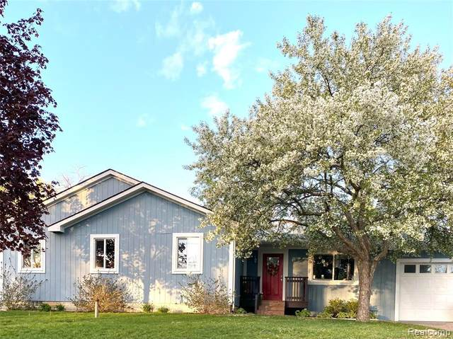 1271 Applewood Drive, White Lake Twp, MI 48386 (#2210035928) :: The Mulvihill Group