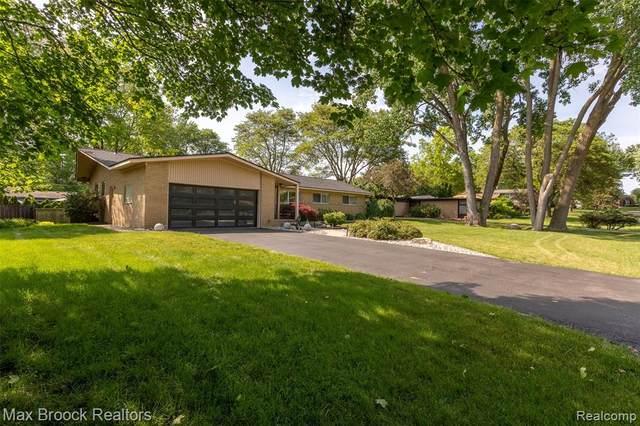 6938 Sandalwood Drive, Bloomfield Twp, MI 48301 (#2210043417) :: Robert E Smith Realty