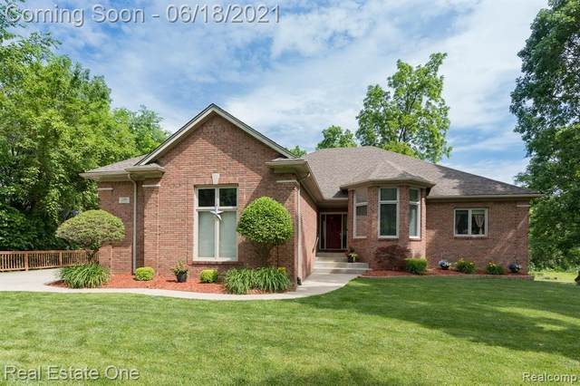 200 Kalhaven Road, Rochester Hills, MI 48307 (#2210043796) :: The Mulvihill Group