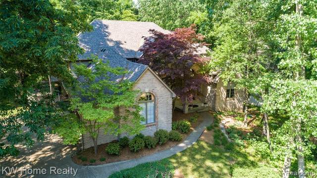 3562 Oakleaf Drive, West Bloomfield Twp, MI 48324 (#2210045035) :: The Mulvihill Group