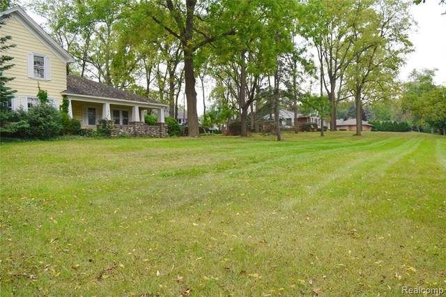5631 Old Orchard Trail, Orchard Lake Village, MI 48324 (#2210077651) :: Alan Brown Group