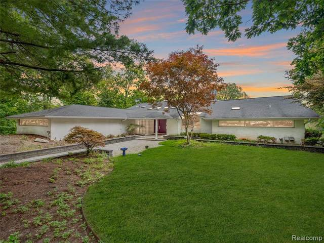 4711 Cove Road, West Bloomfield Twp, MI 48323 (#2210078447) :: Robert E Smith Realty