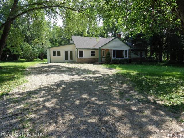 3843 W Maple Road, Wixom, MI 48393 (#219077770) :: The Buckley Jolley Real Estate Team