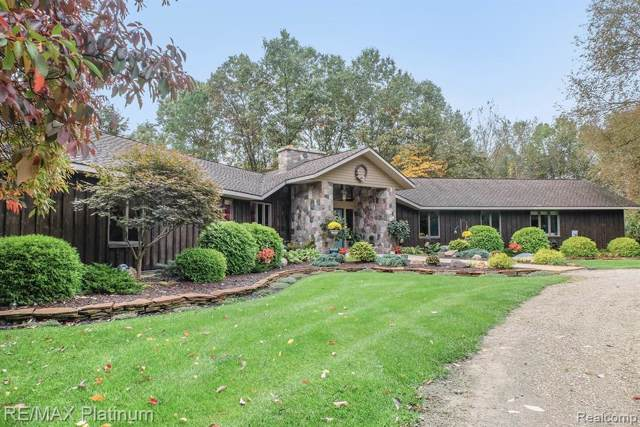2155 Pine Grove Ln, Hamburg Twp, MI 48169 (#219106402) :: The Mulvihill Group