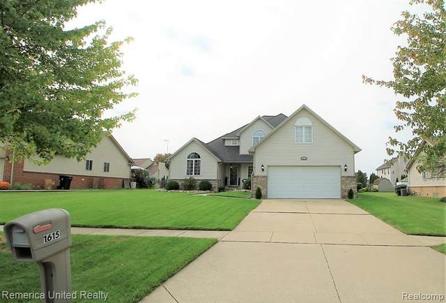 1615 Oak Squire Lane, Howell, MI 48855 (#2200076712) :: Novak & Associates