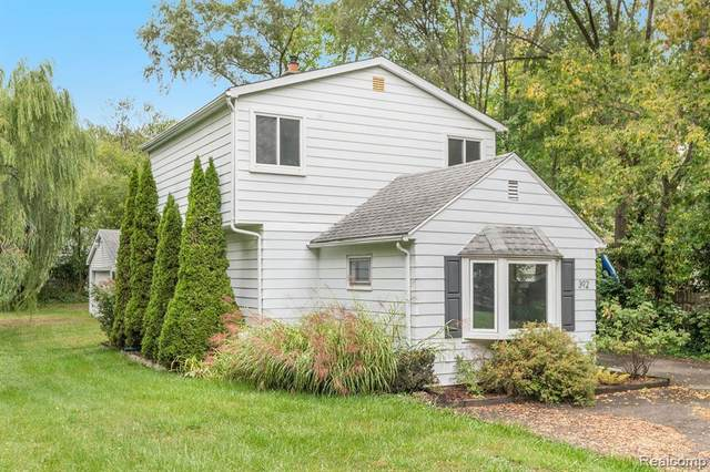 392 S Winding Drive, Waterford Twp, MI 48328 (#2200080677) :: BestMichiganHouses.com