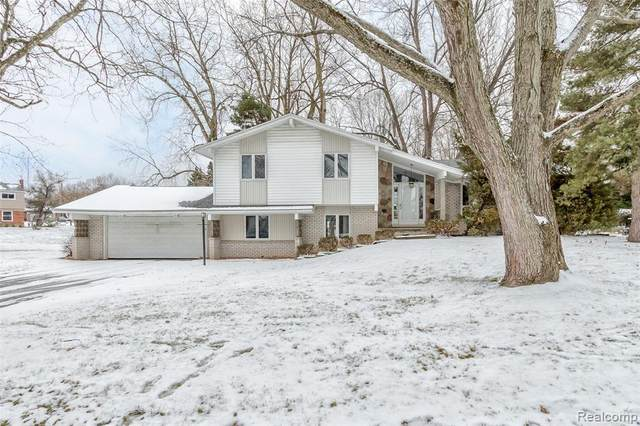 5356 Pocono Drive, West Bloomfield Twp, MI 48323 (#2210013198) :: Novak & Associates