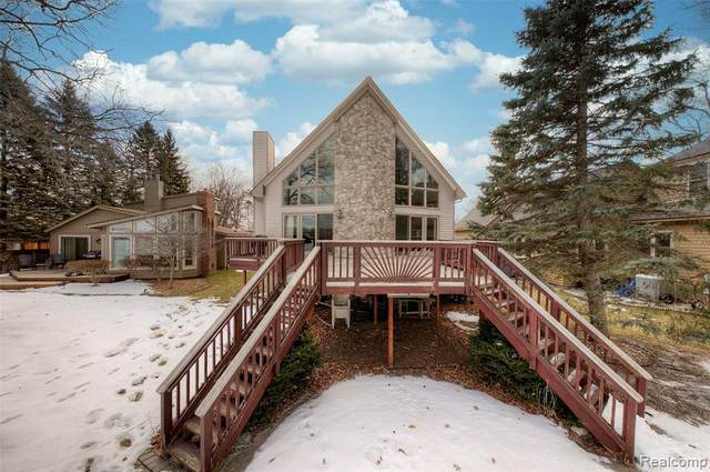7154 Hatchery Road, Waterford Twp, MI 48327 (#2210013314) :: The Mulvihill Group