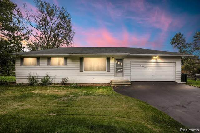 10393 Cooley Lake Road, Commerce Twp, MI 48382 (#2210078568) :: GK Real Estate Team
