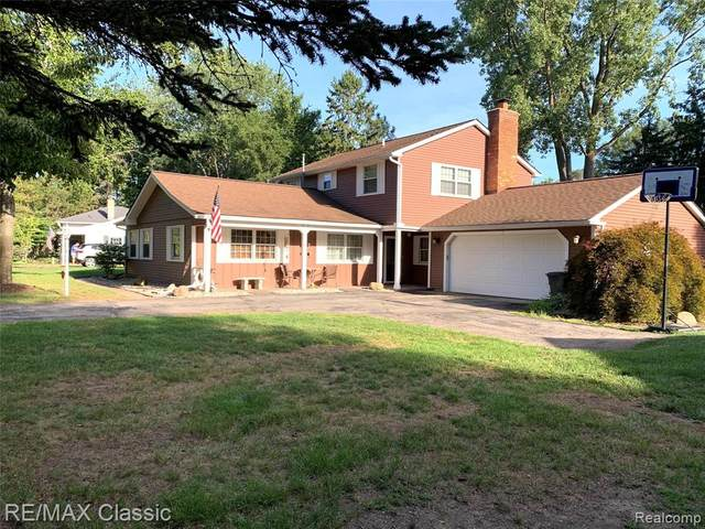 7165 Henry Drive, West Bloomfield Twp, MI 48324 (#2200071555) :: Alan Brown Group