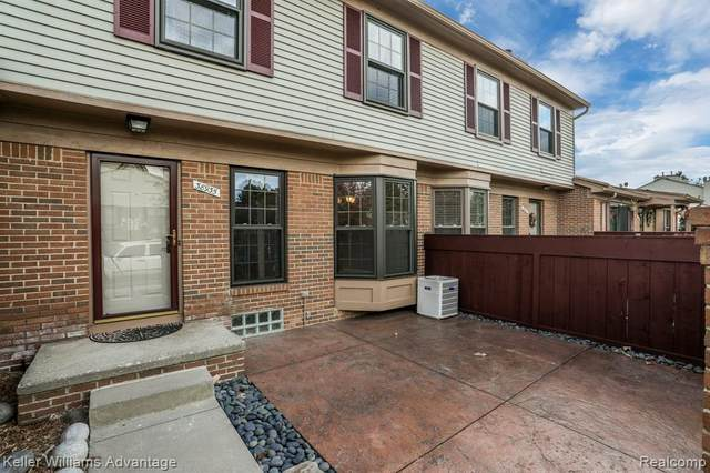 38935 Country Circle #146, Farmington Hills, MI 48331 (MLS #2200083625) :: The John Wentworth Group