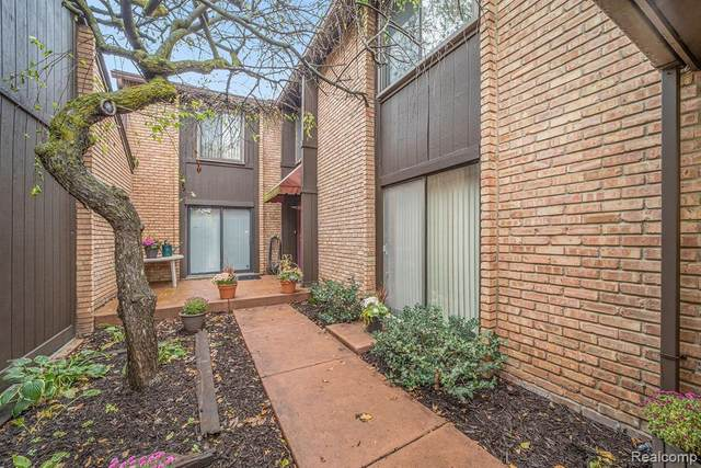 2210 Bordeaux Street #102, West Bloomfield Twp, MI 48323 (#2200087815) :: The Alex Nugent Team | Real Estate One