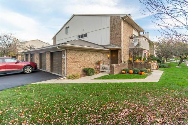 6573 Maple Lakes Court, West Bloomfield Twp, MI 48322 (MLS #2200090076) :: The John Wentworth Group