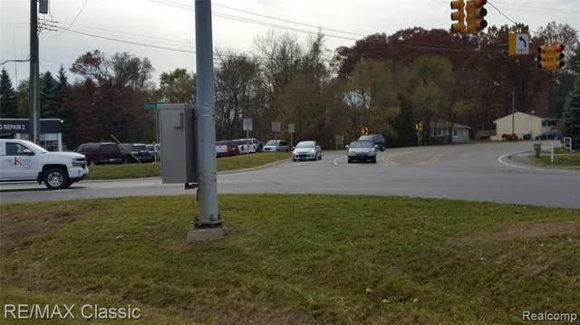 3 Union Lake Rd Road, White Lake Twp, MI 48386 (#2200091693) :: Keller Williams West Bloomfield