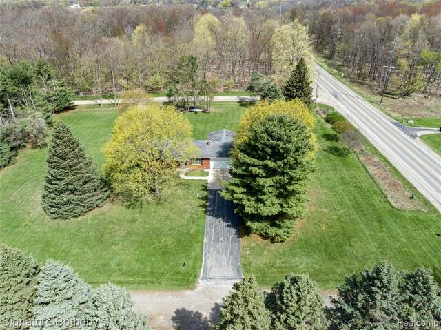 2500 S Hickory Ridge Road, Highland Twp, MI 48380 (#2210025832) :: Real Estate For A CAUSE
