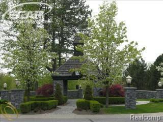 8284 Pine Hollow, Grand Blanc Twp, MI 48439 (MLS #5002298232) :: The Toth Team