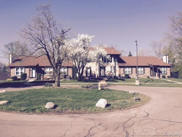 35337 Bristlecone, Clinton Twp, MI 48035 (#58031346721) :: Duneske Real Estate Advisors