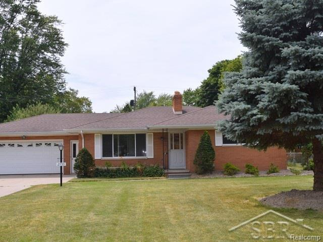 2755 Courtland Place, Saginaw Twp, MI 48603 (#61031353722) :: The Mulvihill Group