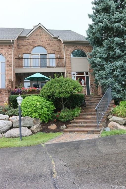 3856 Pine Lake Knoll Drive, West Bloomfield Twp, MI 48324 (#218083602) :: Duneske Real Estate Advisors
