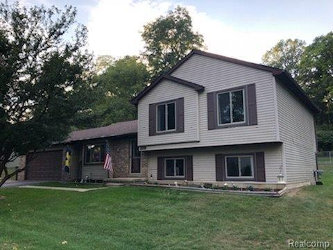 11718 Eriksen Drive, Hamburg Twp, MI 48169 (#543260407) :: The Mulvihill Group