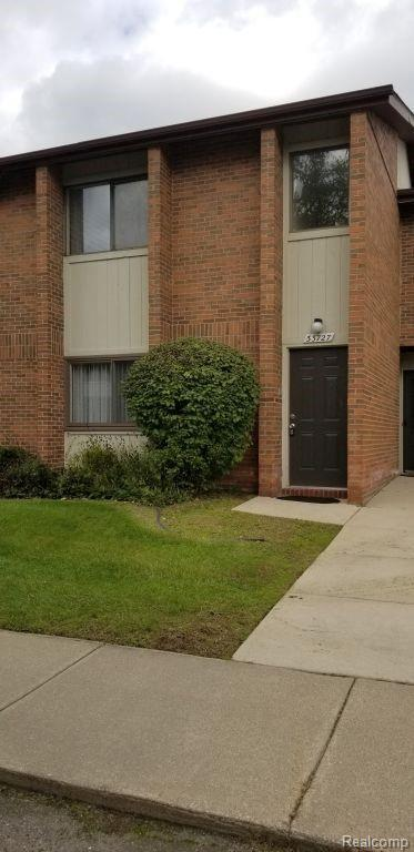 33727 Pondview Circle, Livonia, MI 48152 (#218102155) :: Keller Williams West Bloomfield