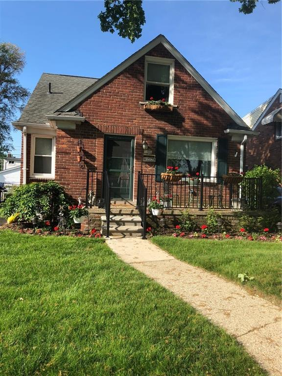 1305 Aline Drive, Grosse Pointe Woods, MI 48236 (#219003591) :: RE/MAX Classic