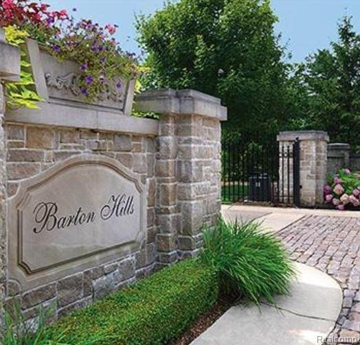 100 Bridgeview Drive, Bloomfield Hills, MI 48304 (#219010434) :: The Buckley Jolley Real Estate Team