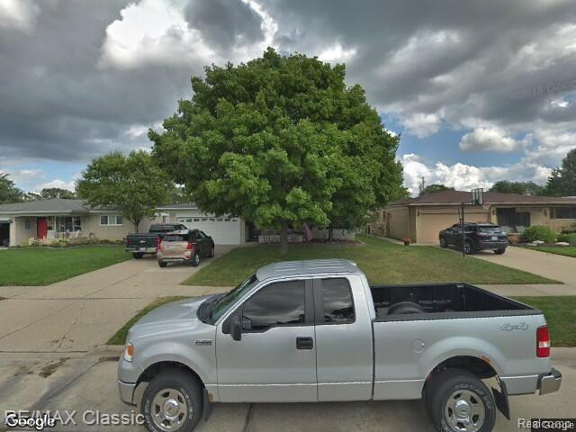 33240 Chatsworth Drive, Sterling Heights, MI 48312 (#219046180) :: The Mulvihill Group
