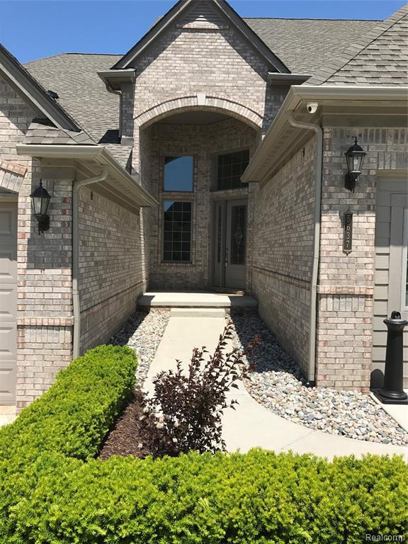 5617 Knob Hill Circle #61, Independence Twp, MI 48348 (#219051911) :: The Mulvihill Group