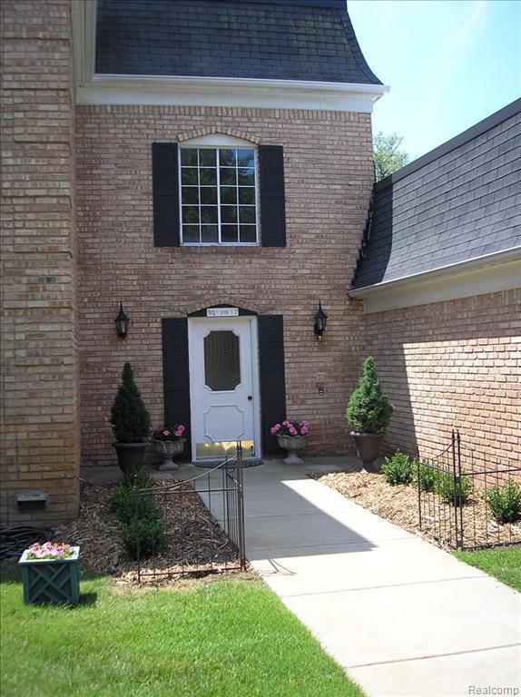 150 E Long Lake Road #2, Bloomfield Hills, MI 48304 (#219058958) :: RE/MAX Classic