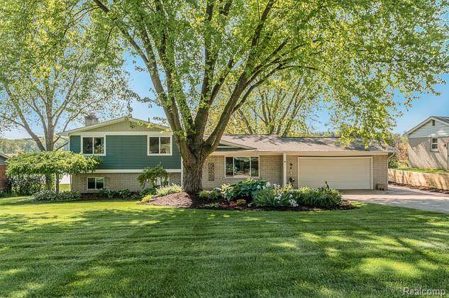 13381 Pomona Drive, Fenton Twp, MI 48430 (#2200036625) :: The Merrie Johnson Team