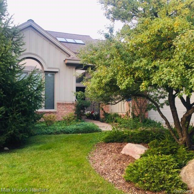 7042 Daventry Woods Drive, West Bloomfield Twp, MI 48322 (#2200077277) :: The Mulvihill Group