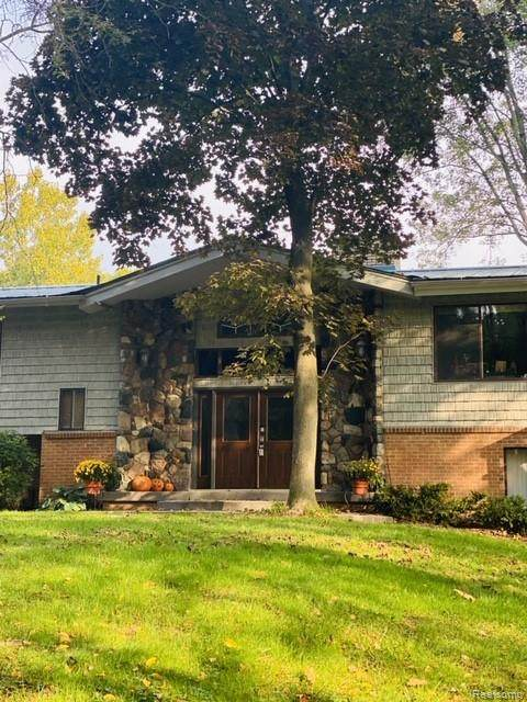 10900 Green Oaks Drive, Green Oak Twp, MI 48178 (#2200095118) :: Keller Williams West Bloomfield