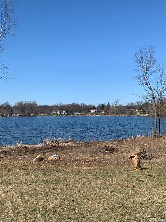 124 Lake Shore Drive, Brandon Twp, MI 48348 (MLS #2210006999) :: The Toth Team