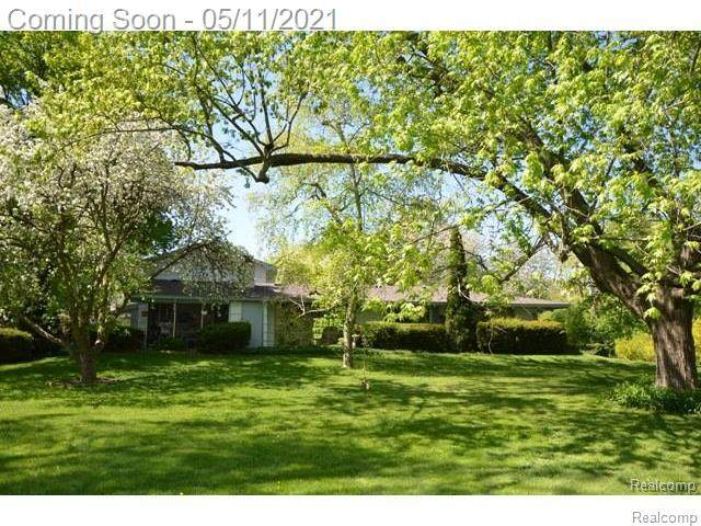 900 Dedham Court, Bloomfield Twp, MI 48302 (#2210029539) :: Real Estate For A CAUSE