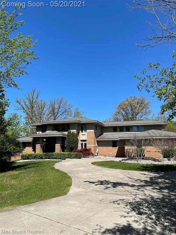 34600 Quaker Valley Road, Farmington Hills, MI 48331 (#2210034336) :: BestMichiganHouses.com