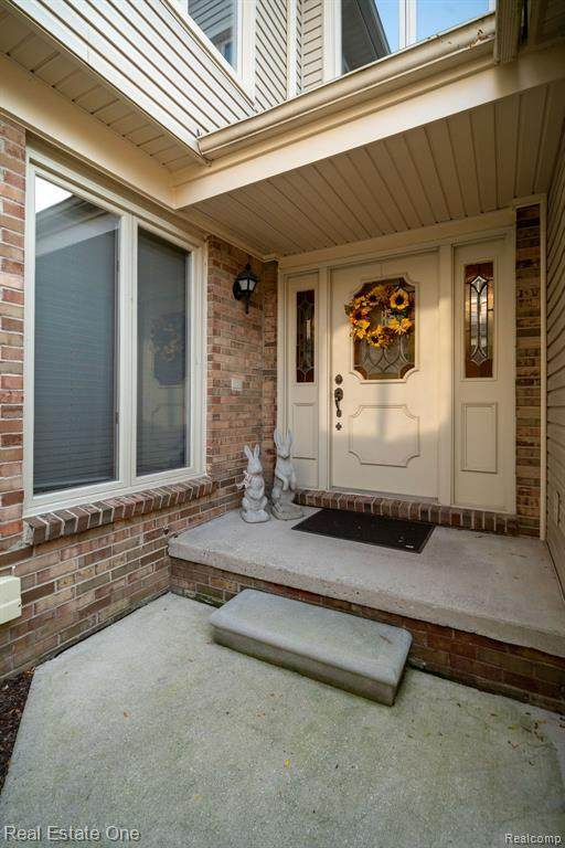 940 Golfview Court, Rochester Hills, MI 48307 (#2200075555) :: The Mulvihill Group