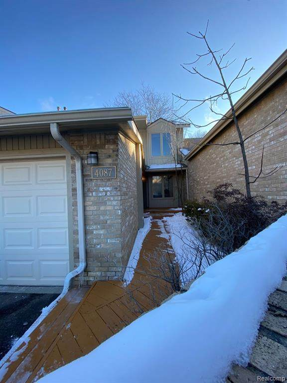 4087 Foxpointe Drive #107, West Bloomfield Twp, MI 48323 (#2210007579) :: The Mulvihill Group