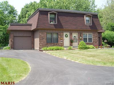 2461 Dordogne Drive, Maryland Heights, MO 63043 (#18035328) :: Sue Martin Team