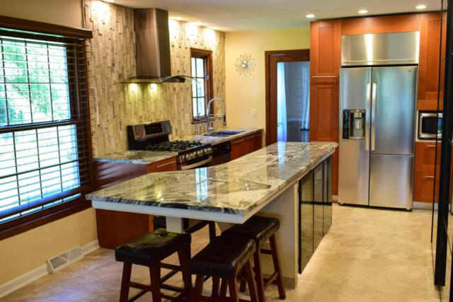 1016 W Shaker Cir, Mequon, WI 53092 (#1563732) :: Vesta Real Estate Advisors LLC