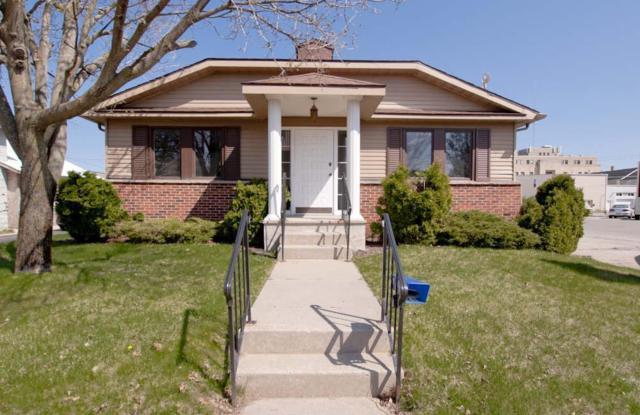 2042 Maple Ave, Marinette, WI 54143 (#1614716) :: Vesta Real Estate Advisors LLC