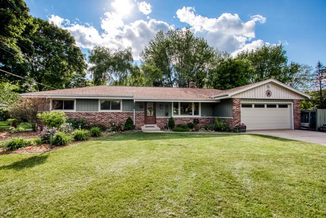 1611 N Genesee St, Delafield, WI 53018 (#1653886) :: RE/MAX Service First
