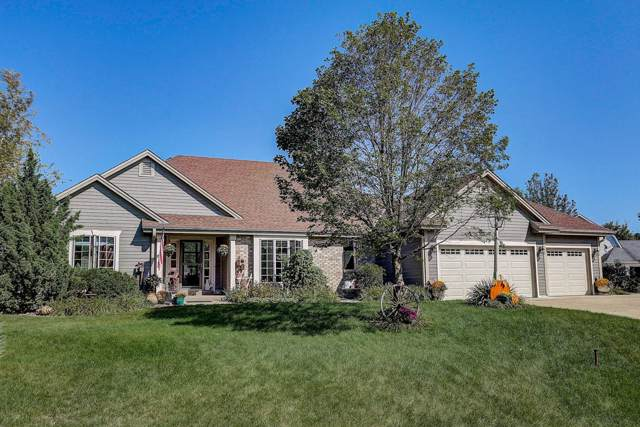 562 W Red Pine Cir, Dousman, WI 53118 (#1660100) :: RE/MAX Service First Service First Pros