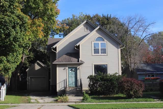 353 N Oakwood Ave, Oconomowoc, WI 53066 (#1664028) :: RE/MAX Service First