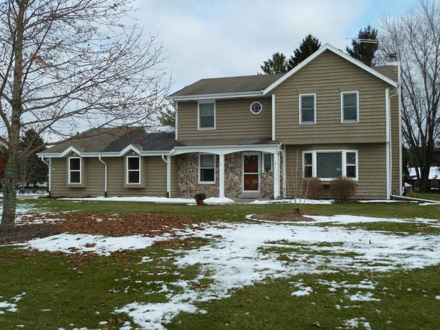 5462 E Overlook Cir, West Bend, WI 53095 (#1668152) :: RE/MAX Service First Service First Pros