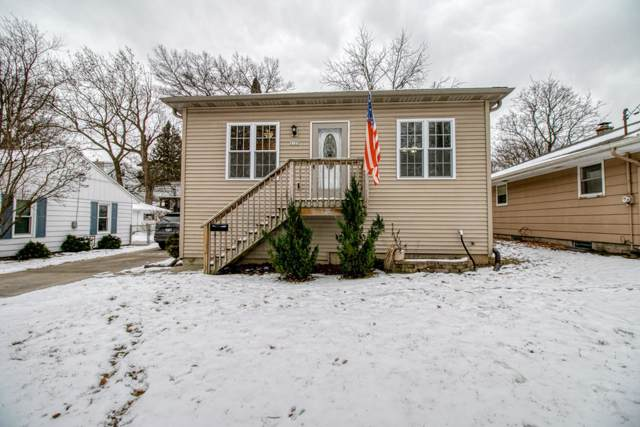 2125 Oaklawn, Waukesha, WI 53188 (#1673607) :: RE/MAX Service First