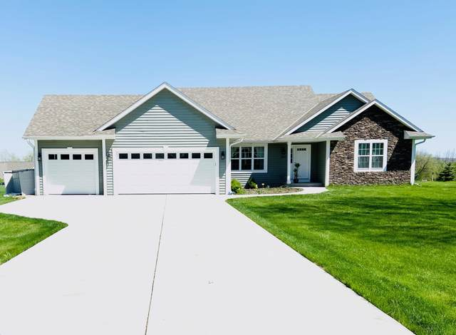 2802 W Plaza Dr, Franklin, WI 53132 (#1689827) :: RE/MAX Service First Service First Pros
