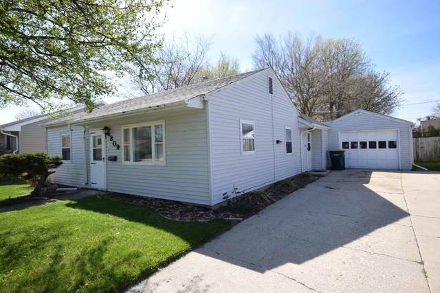 809 Hillcrest St, West Bend, WI 53095 (#1690696) :: RE/MAX Service First Service First Pros