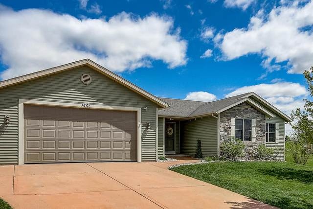 W1401 Valley View Ct, Ixonia, WI 53036 (#1690963) :: RE/MAX Service First Service First Pros